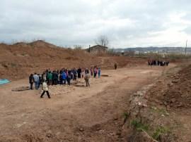 3-Visites guiades al poblat neolític de Ca l'Estrada-2 amb les cabanes i els forns circulars a primer terme (autor: Jordi Roig-Arrago, 2016)