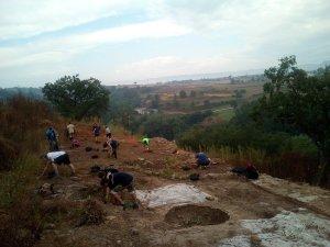 Estudiants del Grau d'Arqueologia de la UB començant les excavacions entorn de la muralla medieval de l'Esquerda