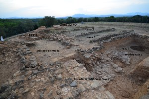 6. Vista presa des de l'oest . En primer pla el sondeig de la casa 2 de l'oppidum on es veu el tipus de construcció feble de les cases i de la muralla. Al fons del sondeig les estructures d'una altra fortificació més antiga (foto Marcel Solé).