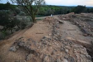 7. Vista presa des de l'est amb el bastió a l'esquerra flanquejant l'entrada de l'oppidum. Al fons l'edifici singular a l'esquerra i l'excavació del tell a la dreta (Marcel Solé).