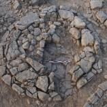 Detall del farciment de pedres del túmul TU-27