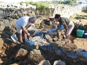 Treballs de restauració dels murs del jaciment de Puig Rom