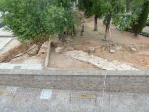 3. Vista de les restes del camí cobert perimetral del fortí del segle XVII documentats sota el terraplè d'un dels semibaluards del castell del segle XVIII.