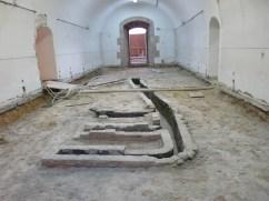 11. Vista de les restes de les conduccions de fum corresponents a l'estructura de la cuina del castell documentada en una de les sales al voltant del pati d'armes. Foto: Josep M. Vila