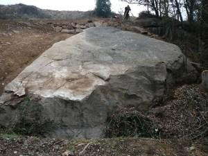 2. El gran bloc un cop delimitat i netejat de la vegetació i la runa que el cobria. Fotografia: Josep Castells