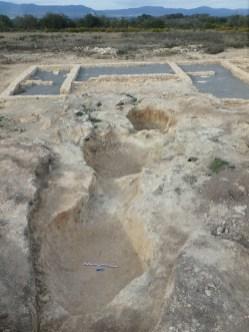 6.- Sistema de tres basses o dipòsits. Al fons, els sectors 1, 2 i 3 (ala oest de l'edifici) ja adequats per la visita. Fotografia: Equip Rabassats