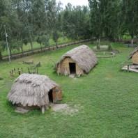 1. Reproducció de les cabanes del jaciment de la Draga. Fotografia: Antoni Palomo, equip Draga