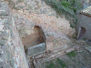 Escala i safareig d'una de les cel·les de la banda nord. Foto: Josep M. Vila