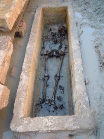 7- Restes humanes aparegudes a l'excavació.