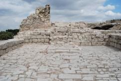 7. Vista de l'interior de la torre sud pavimentada amb pedra del castell de Segur. Fotografia: Eduard Píriz