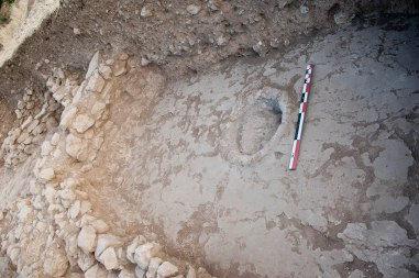 Kharaysin 3. Gogar enlluït a l'interior d'una casa del preceràmic B. Fotografia: Projecte Nahal Efe i Projecte Kharaysin