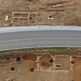 3. Vista aèria d'un dels grans retalls semienterrats, d'ús domèstic, amb el forn de calç a l'esquerra. Fotografia: Arqueòlegs.cat