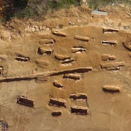 7. Detall enterraments. Vista aèria dels enterraments de la necrópolis, d'època tardoantiga. Fotografia: Arqueòlegs.cat