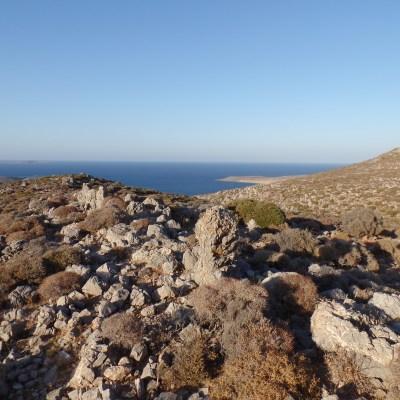 2. El paisaje de baja montaña que rodea la ciudad minoica de Palaikastro. Fotografia: Alexandra Livarda