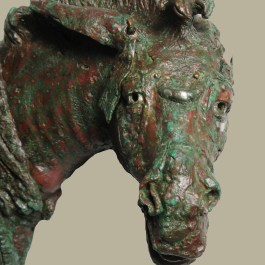 """7. Detall d'un dels """"fulcra"""" de bronze recuperats durant l'excavació. Fotografia: J. Ciurana"""