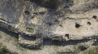 Vista general de la muralla visigòtica, amb les sitges que s'han trobat al jaciment