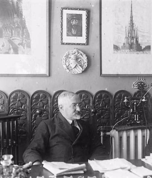 J. Puig i Cadafalch al seu estudi cap els anys 1931-1936