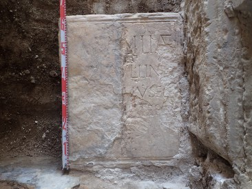 5. Detall de la inscripció romana localitzada a l'església de Sant Pere d'Orrit (Fot. Francesc Florensa)