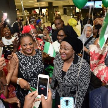 Aisha Buhari all smiles as she poses for photograph with Nigerians in the United States during her visit