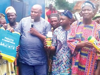 The caretaker chairman, Atiba Local Government, Honourable Gbolagade Okeniyi, presenting some agriculture inputs  to farmers in the local government council area.