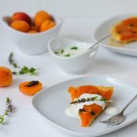 ruck zuck aprikosen-tarte-tatin mit pistazien und minzjoghurt