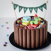 zur einschulung: leckerer schoko-nuss-kuchen mit schokoriegel deko