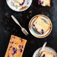 fluffiger dinkelrührkuchen mit blaubeeren, olivenöl und holunderblütensirup