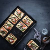rucki-zucki-mini-frühling-tartelettes mit blätterteig, grünen spargelspitzen, roten zwiebeln, wildlachs und frischem dill