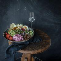 dänische smørrebrød bowl mit matjessalat, roggenbrot croutons, knusperkartoffeln, wildspargel und aquavit vinaigrette