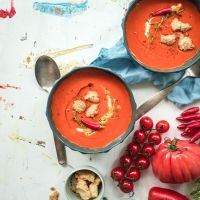 ofengeröstete tomatensuppe mit herzhaften crumbles aus manchegokäse, pinienkernen und thymian