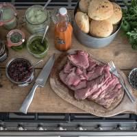 ribeye steaksandwiches mit focaccia buns, scharfen zwetschgen ketchup, rucola pesto, zwiebelmarmelade, basilikumaufstrich und mucho party