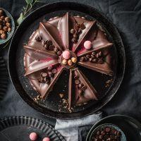 saftiger nuss nougat kuchen mit eingelegten portweinkirschen und hübscher schokoglasur