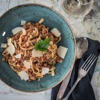 ragù alla bolognese mit tagliatelle. das originalrezept aus der emilia-romagna.
