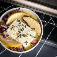 köstlicher fetakäse aus dem ofen mit olivenöl, zitrone, roten zwiebeln und thymian & ein blick in unseren trickybackyard im studio urbina