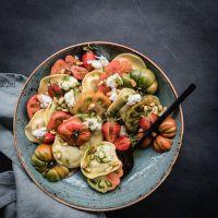 sommerlicher pastasalat caprese style mit heirloom tomaten, erdbeeren, büffelmozzarella und basilikumöl