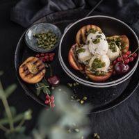 gegrillte nektarinen mit pistazieneis und pistazien-minz-pesto
