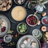 rezept für köstliches alpen käsefondue mit selbstgebackenem topfbrot und pflaumenchutney
