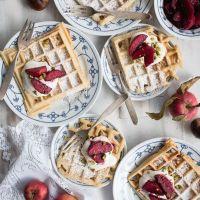 maronenwaffeln mit apfel-holunder-spalten und vanille creme fraiche