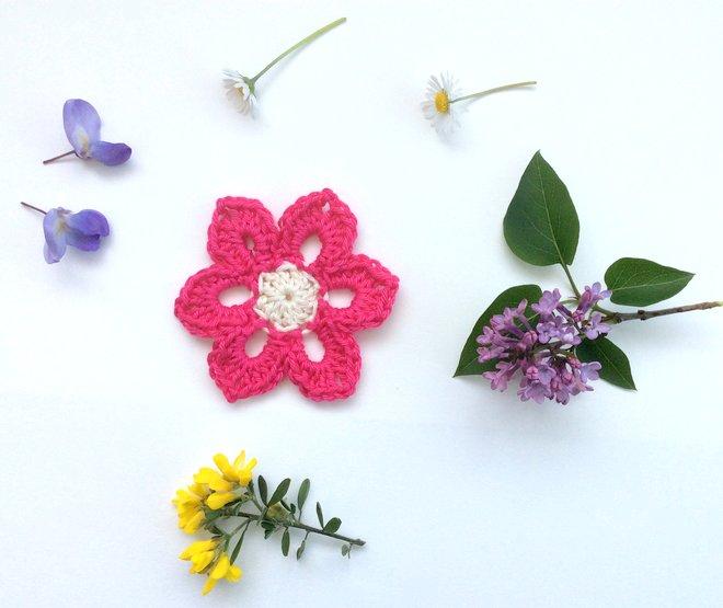 Un granny parmi les fleurs