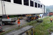 <h5>Aufsetzen auf die Werkstattrollis</h5><p>Der Lastwagen mit dem Trafo ist weggefahren, nun wird der Wagenkasten auf die Werkstattrollis gesetzt</p>