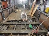 <h5>Ausbau des Traktionstransformatores</h5><p>Röbi trennt das letzte Blech weg dann sind die Trafobefestigungen zugänglich</p>
