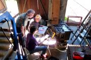 <h5>Ein schwieriges Gerät</h5><p>Die beiden Kondensatorbaugruppen müssen ersetzt werden. Roland Manser beim ausmessen, beobachtet von Felix Schneider</p>