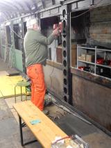 <h5>Arbeiten Am Innenraum</h5><p>Hnas-Jörg reinigt die Wände bevor diese grundiert werden können</p>