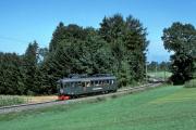 <h5>AB4 4/4 unterwegs bei Samstagern</h5><p>SOB ABe 4/4 5 unterhalb von Samstegern. Dieser Triebwagen wird als historisches Fahrzeug erhalten.  18.8.1990, Bild Bernhard Studer</p>