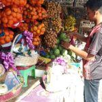 Jelang Perayaan Imlek, Omset Pedagang Buah di Pasar Colombo Naik 50 persen