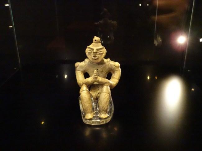 これが超有名な国宝土偶『合掌土偶』サンである 新たに国宝指定される『仮面の女神』を加えても、国宝土偶サンは、5体しかない。 まるで、宇宙区間を漂いながら祈りを捧げているようだ!