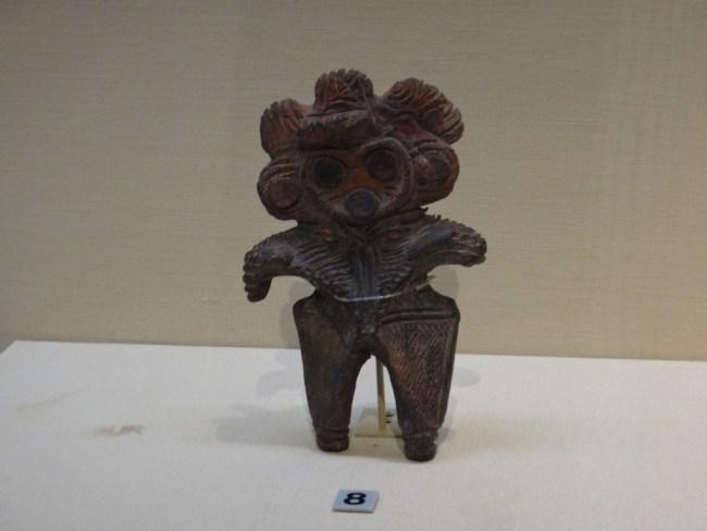 こちらも超有名な『ミミズク土偶』(埼玉県さいたま市岩槻区真福寺出土)ミミズクは鳥、ふくろうの仲間のようなものである。私には、遮光器土偶と同様、宇宙人にしか見えないのだが。。。 これも重要文化財指定