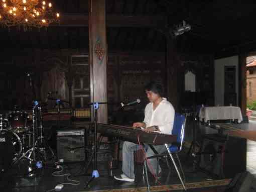 Dwiki Dharmawan dengan solo piano saat Clinic Music (foto by adji)