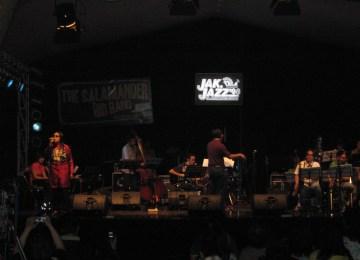 The Salamander Big Band asal Bandung dengan vokalis tunanetra