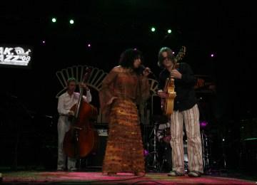 Musisi kelaharian Maluku Boi Akih kolaborasi dengan Mike Del Ferro